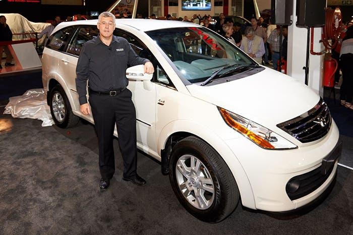 Tata Aria junto al consejero de Tata Motors, Karl Slym