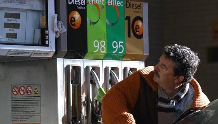 Hombre repostando diesel