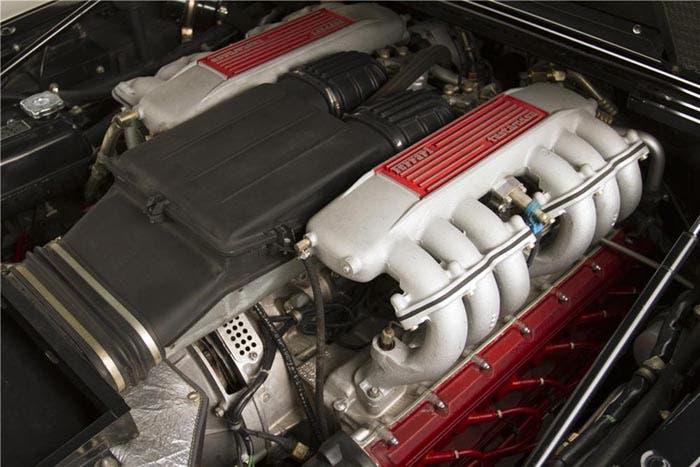 Ferrari de 12 cilindros en plano