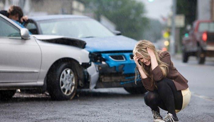 Accidente entre dos vehículos persona llamando seguro auto