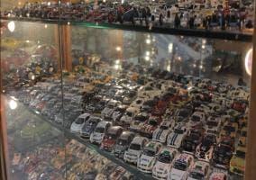 Coches de miniatura expuestos