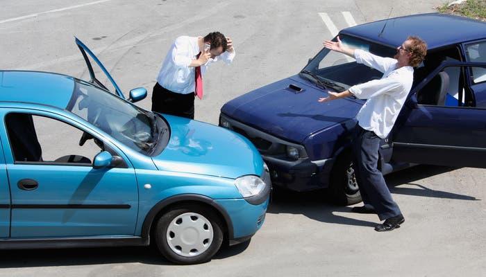 Accidente entre dos vehículos con la reacción de los conductores