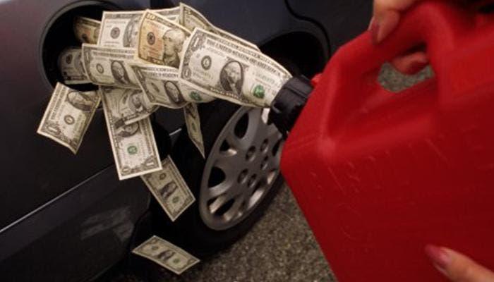 Billetes dentro del depósito de combustible