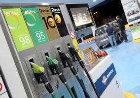 Surtidores de una gasolinera Repsol