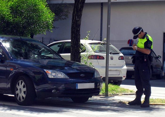 Agente multando