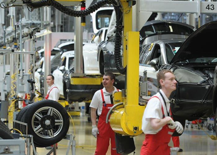 Empleados de Porsche trabajando en la linea