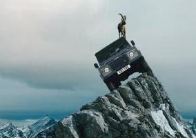 Land Rover Defender en la montaña