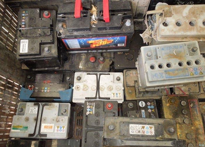 Baterías apiladas para reciclar