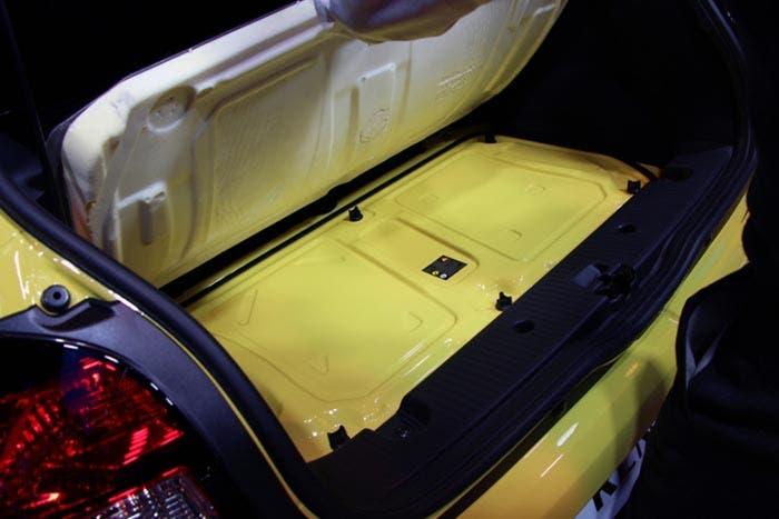 Motor situado bajo el piso del maletero