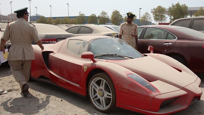 Ferrari abandonado en un parking
