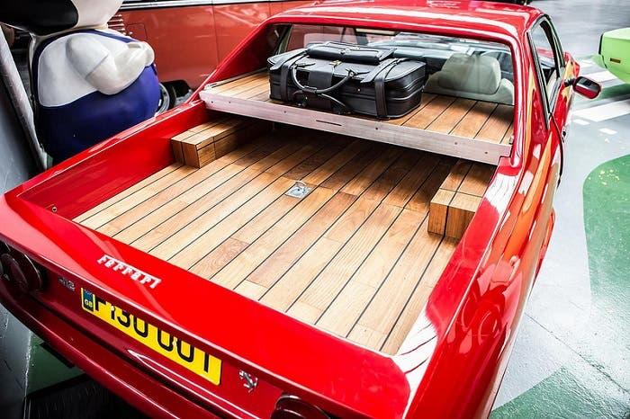 Maletero con madera del Ferrari 412 pickup