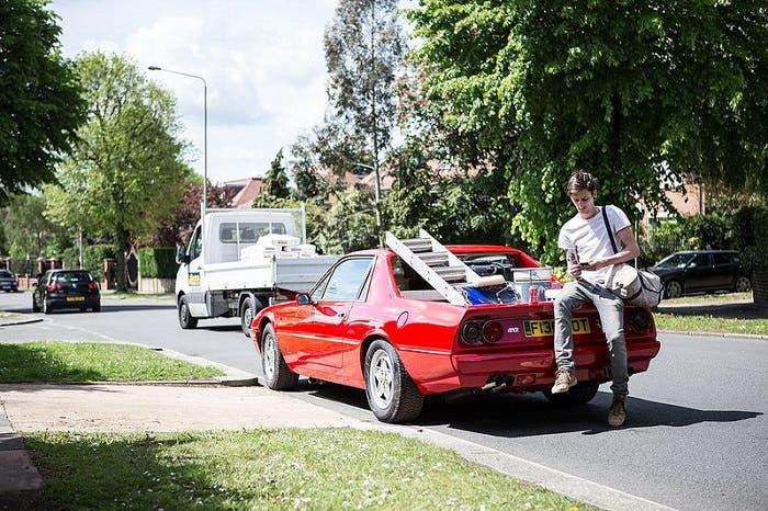 Pintor con su Ferrari 412 pickup