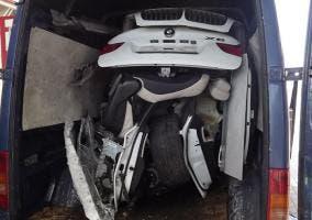 BMW X6 dentro de furgoneta Volkswagen