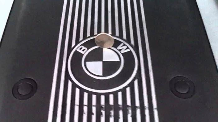 Moneda que se aguanta de pie en un motor de BMW