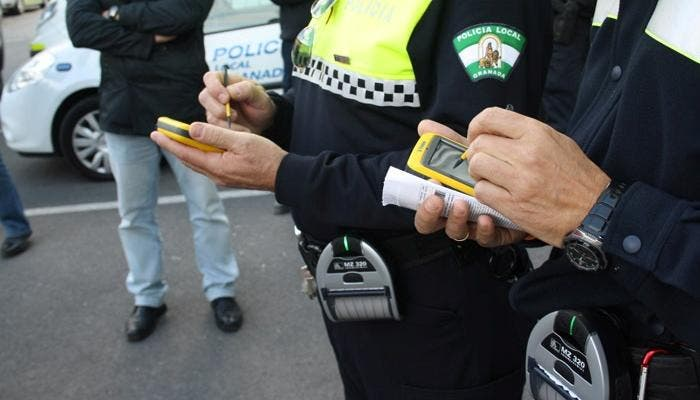 Dos policías multando