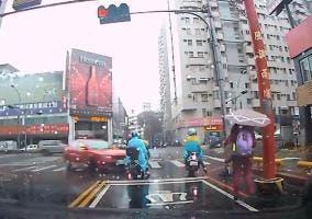 Un kamikaze se lleva por delante un coche y una moto