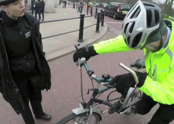Ciclista arrollado hablando con una policia