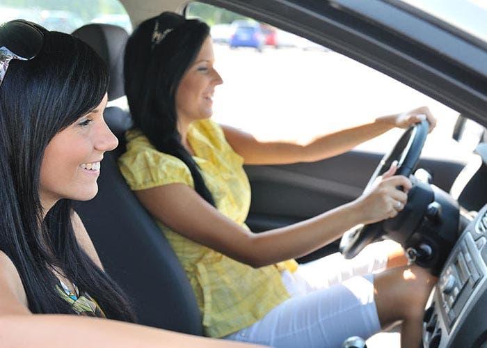 Gente usando coche compartido