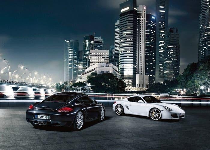 Dos Porsche Cayman blanco y negro