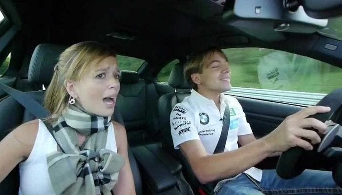 Esposa asustada en el coche