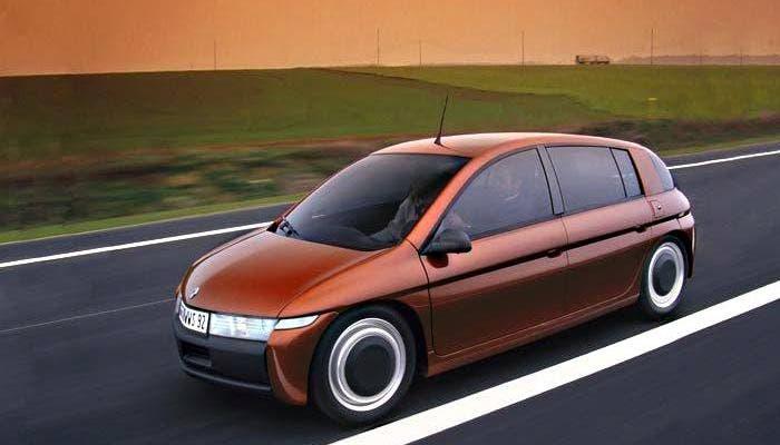 Renault Next circulando en carretera abierta