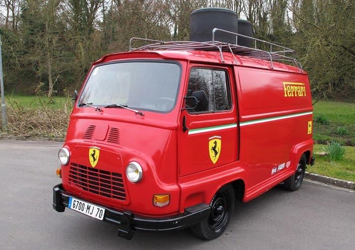 Réplica de Renault Estafette del equipo Ferrari