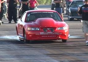 Accidente de un Ford Mustang en un Drag