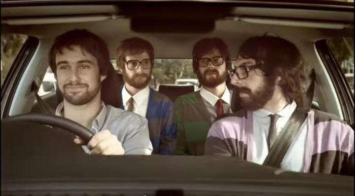 Hipsters compartiendo coche