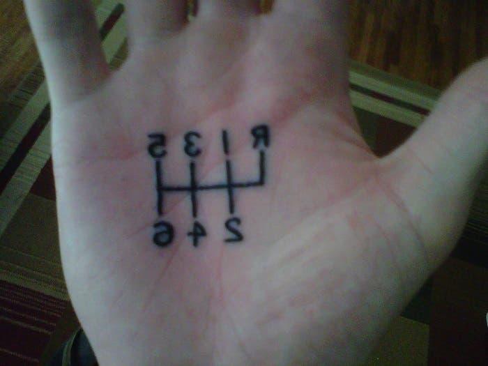 Cambio de marchas tatuado en la mano