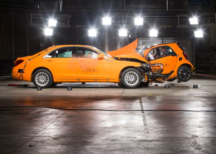 Crash test entre un Smart y un Mercedes Clase S