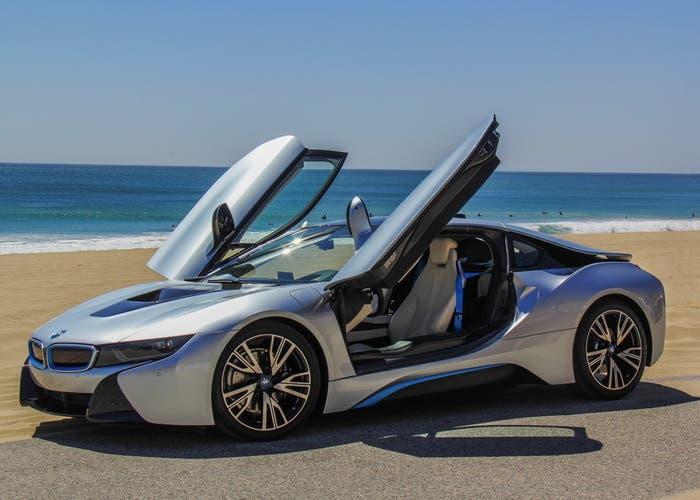 BMW i8 en la playa