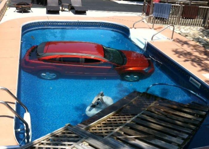 Dodge dentro de una piscina