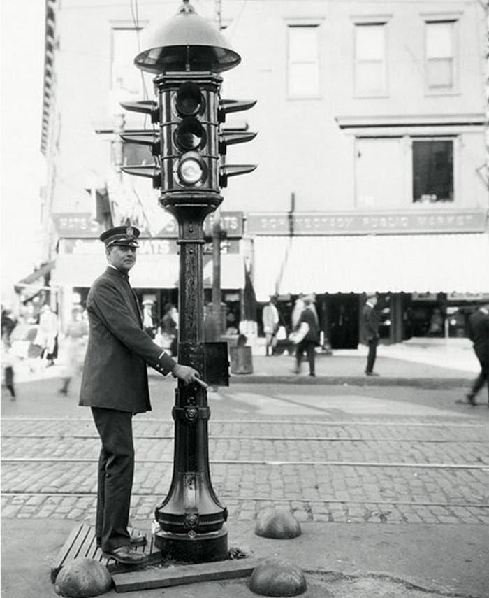 Policía regulando el tráfico