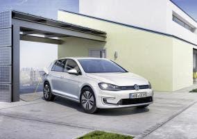 Volkswagen e-Golf cargando en el garaje