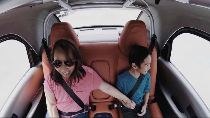 Madre e hijo en el interior del coche autónomo de Google