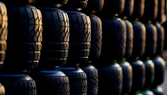 Pila de neumáticos en un circuito
