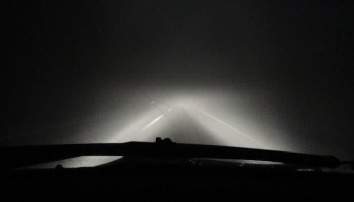 Carretera de noche con niebla
