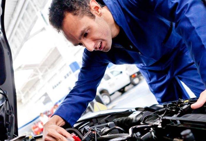 Mecánico arreglando un coche