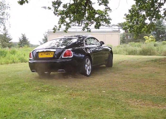 Derrapando en un jardín con un Rolls-Royce Wraith