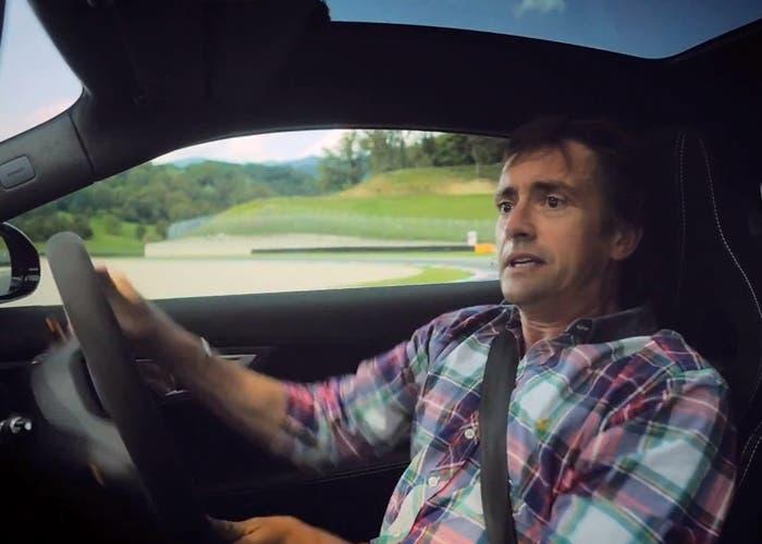 Richard Hammon intentando corregir un Jaguar F-Type