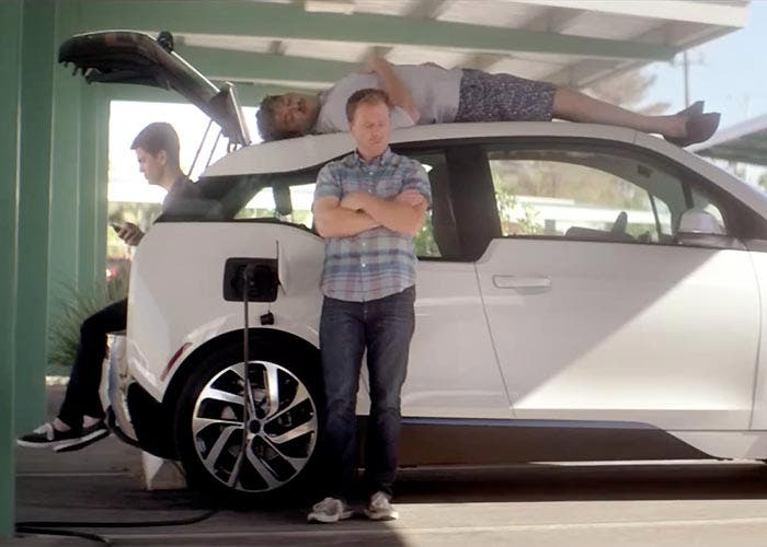 Grupo de amigos esperando a que cargue su BMW i3