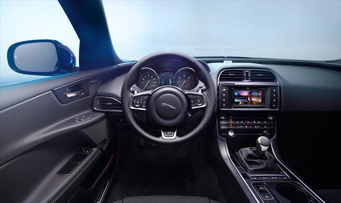 Jaguar XE con cambio manual