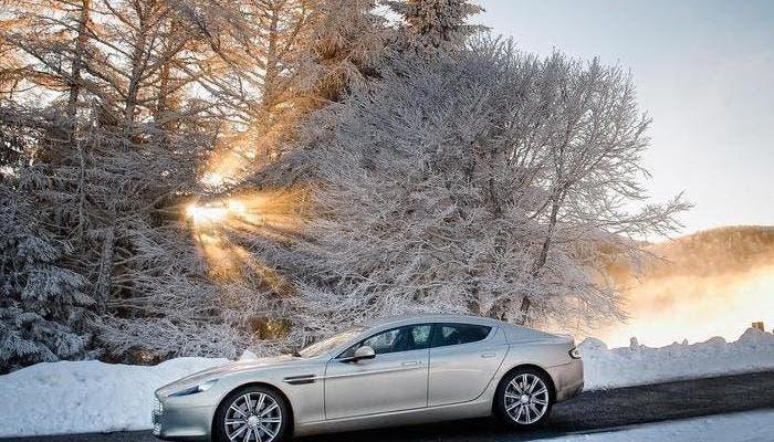 Aston Martin en carretera nevada