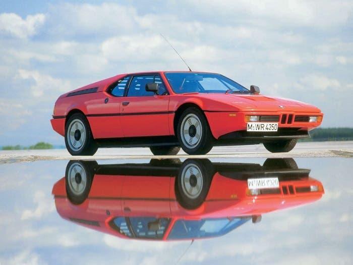 BMW M1 de color rojo