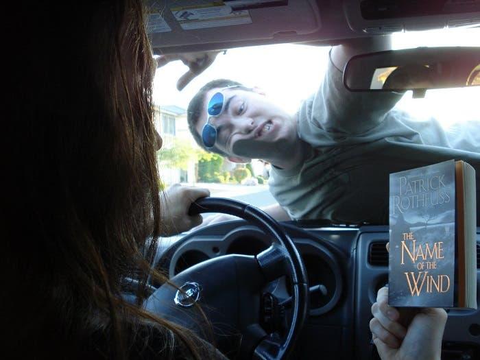 Leyendo mientras conduce