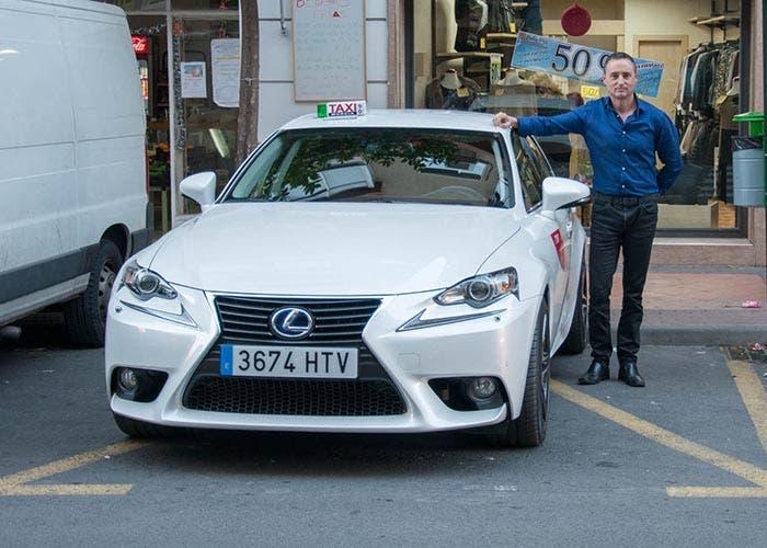 Fernando posando junto a su taxi Lexus IS 300h