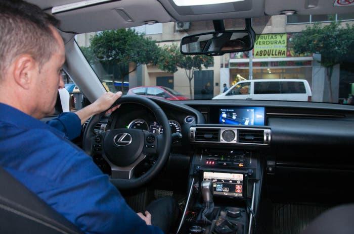 Viajando de pasajero en el taxi Lexus IS 300h