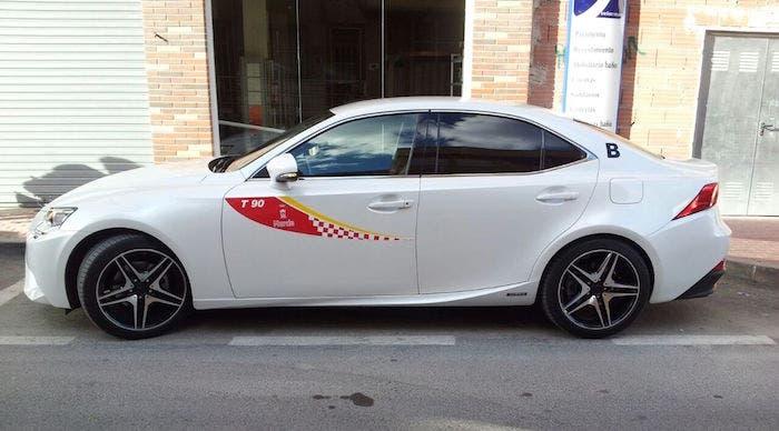 Taxi Lexus IS 300h aparcado