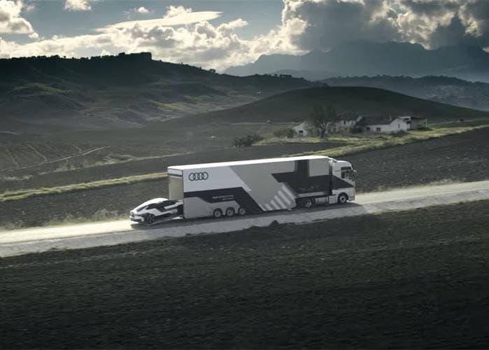 Audi RS 7 Piloted Driving Concept entrando a un camión