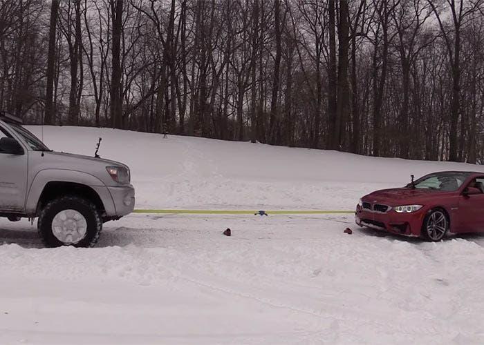 Batalla en la nieve entre BMW M4 y Toyota Tacoma